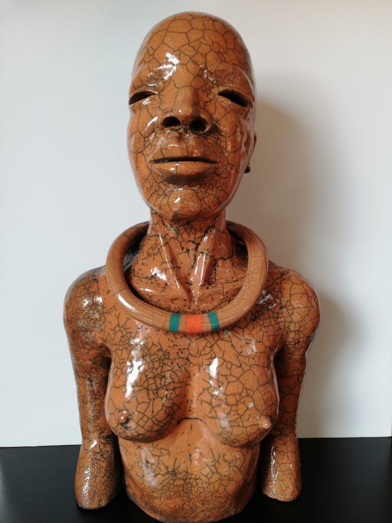 Raku à la terre ocre d'une femme himba